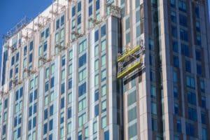 Naczym polega renowacja fasad szklanych?
